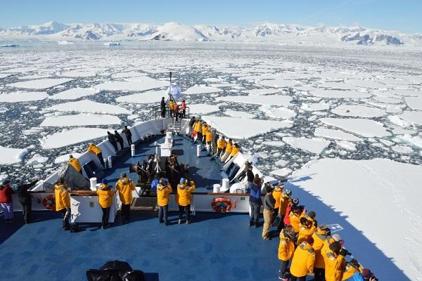 南極圏をクルーズ