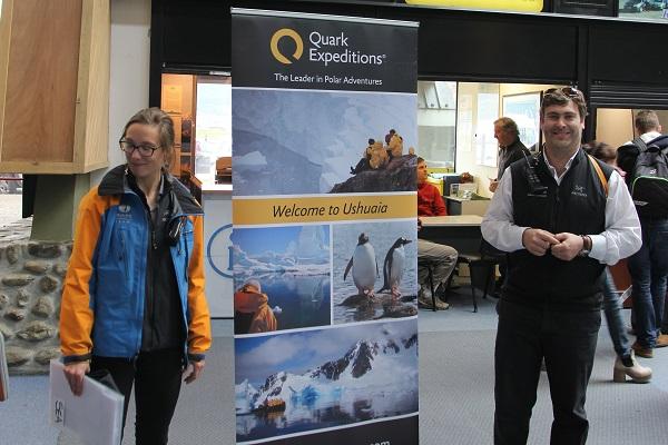 ウシュアイア空港で南極クルーズのスタッフがお出迎え