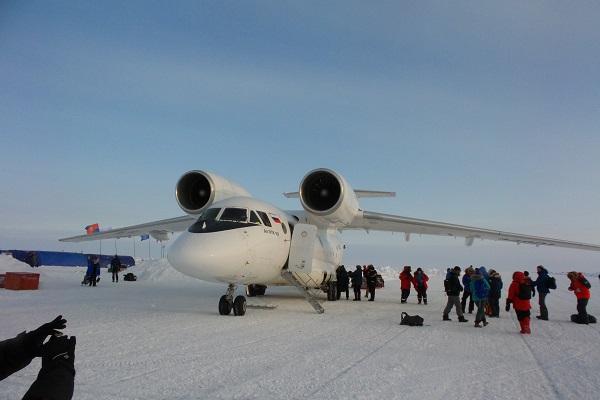 バルネオアイスキャンプに到着する航空機/北極点旅行