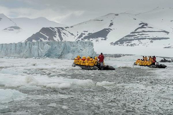 北極スピッツベルゲン島をゾディアックでクルーズ