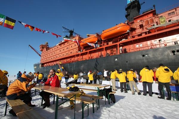 北極点クルーズで北極点の氷上バーベキュー