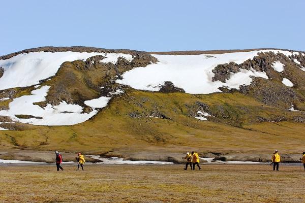 北極スピッツベルゲンクルーズでツンドラの大地をハイキング