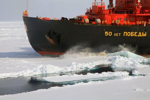 北極点クルーズで氷を割って進む砕氷船