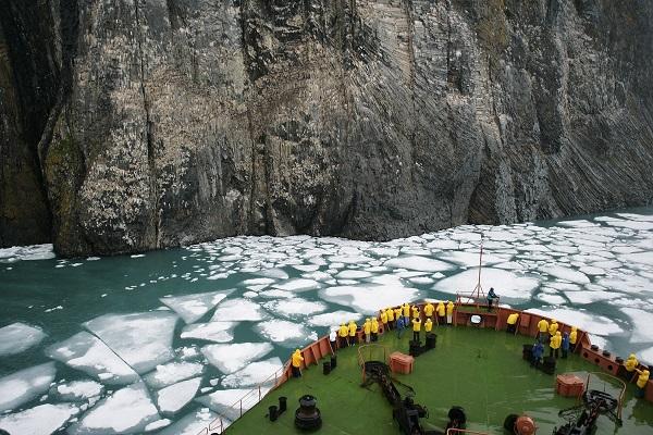 北極点クルーズのフランツヨーゼフ諸島のルビニーロック