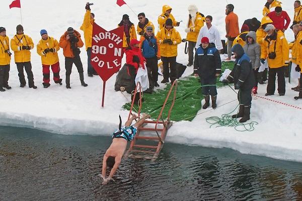 北極点で北極海飛び込み体験