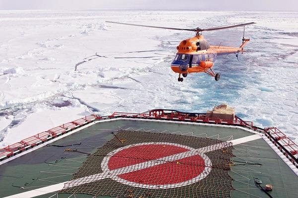 北極点クルーズでヘリコプター遊覧
