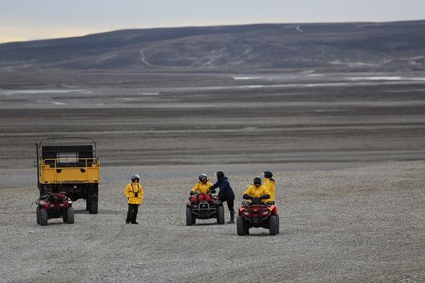 カナダ北極圏サマーセット島で四輪バギー観光